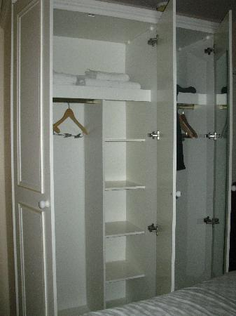 Lakeview Court Apartments: Closet