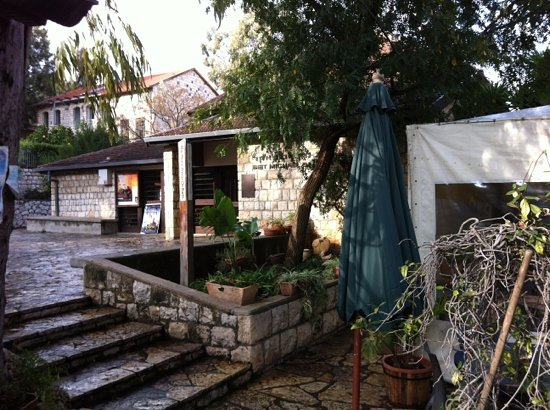 Ja'uni : entrance and garden