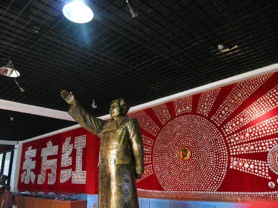 Jinshitan Mao Zedong Badges Exhibition: バッジでできた、東方紅の旗