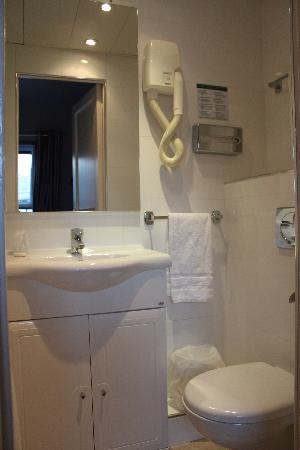 New Orient Hotel: Bathroom