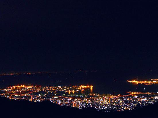 Rokkosan Hotel: 宿泊した本館(新館)5階海側の部屋から撮影した神戸の夜景です。