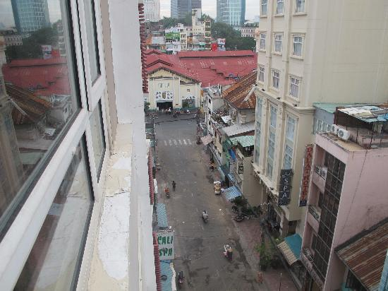 Alagon Western Hotel: Quiet Sunday morning looking toward Ben Thanh Market