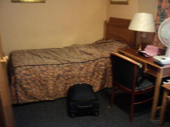 Victor Hotel London Victoria: twin room angle 2