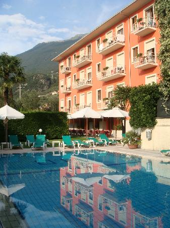 Hotel Garni Diana: hotel and pool
