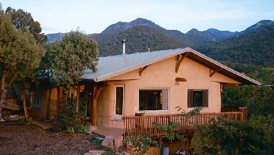 Kingston, NM: The Guest House offers complete privacy along with expansive views.