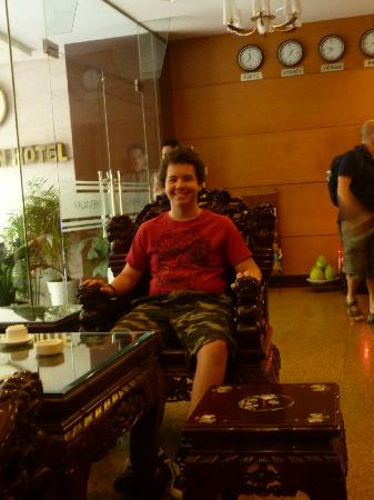 Thien Xuan Hotel: waiting for the bus at reception