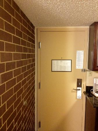 Kahler Inn and Suites: The old metal door doesn't open easily.