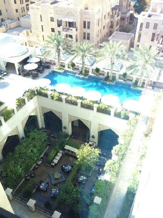 Manzil Downtown Dubai: View from 7th floor looking over hotel pool and restaurant courtyard