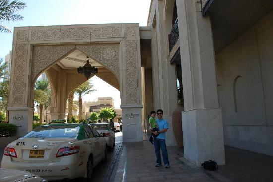 Manzil Downtown Dubai: In front of hotel