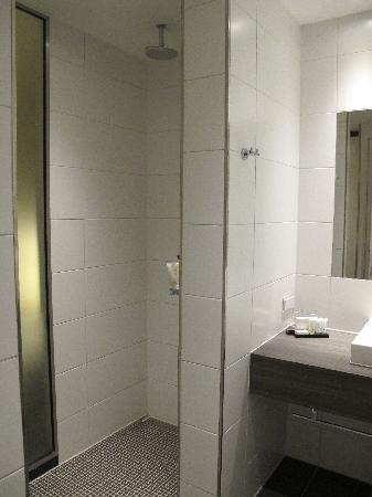Hotel Lumen: Bathroom with no doors from the room