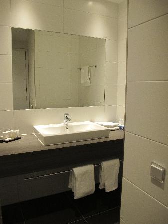 Hotel Lumen: Part of bathroom