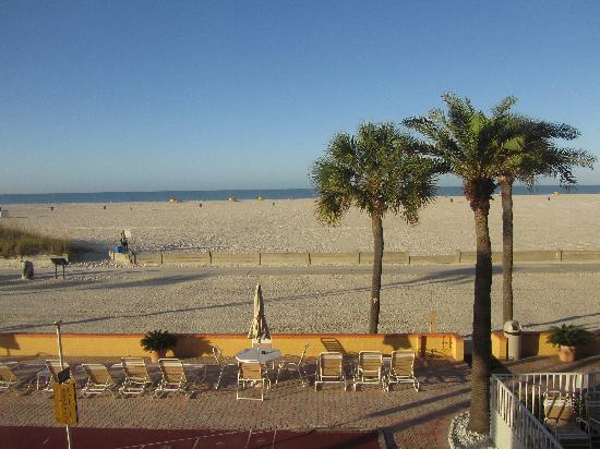 Page Terrace Beachfront Hotel: Morgentlicher Ausblick