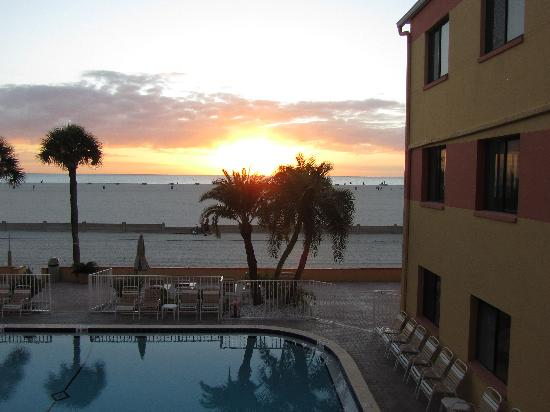 Page Terrace Beachfront Hotel: Sonnenuntergang am Pool