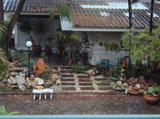 Puangpen Villa Hotel: Garden