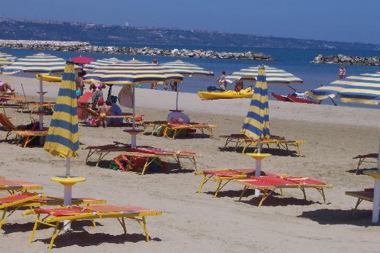 Montenero di Bisaccia, Италия: posti spiaggia molto spaziosi