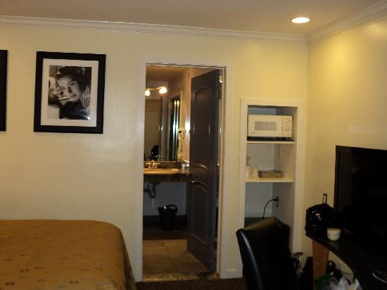 Beverly Laurel Motor Hotel: Room