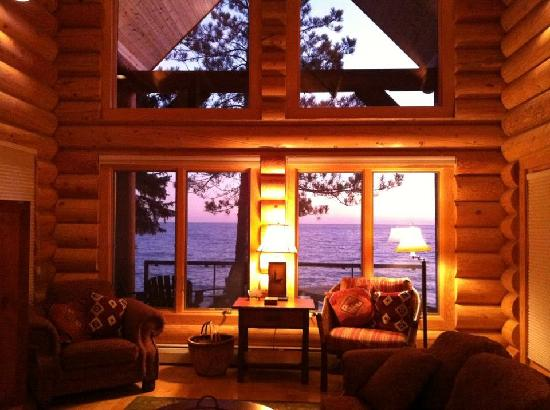 Temperance Landing: Living room and Lake Superior view