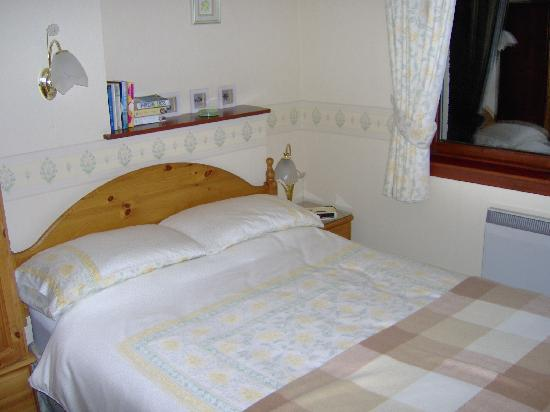 Balcarres Guest House: Bedroom with all enough storage for two people and again comfy bed.