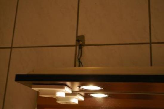 Landhaus Effeld: Bad - leichte Unfallgefahr durch offenliegende Kabel