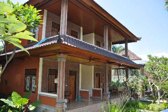 Dewi Ayu Accomodation: mid range rooms