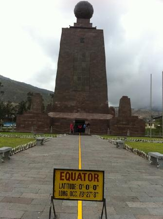 Alston Inn Hotel: Monument at the equator.