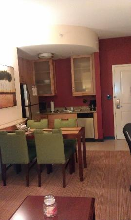Residence Inn Birmingham Hoover: Dining and kitchen area