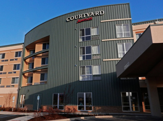 Courtyard Milwaukee Airport: Hotel Exterior