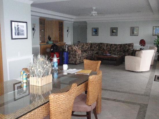 Poipu Shores Resort: Dining room and living room