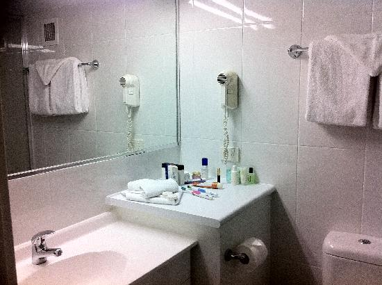 Port Pacific Resort: One of the bathrooms