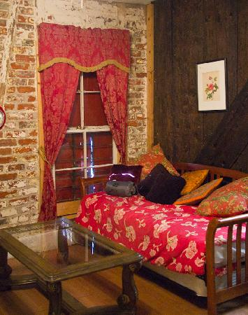 Bohemian Armadillo Guesthouse: Voodoo - sofa and trundle bed