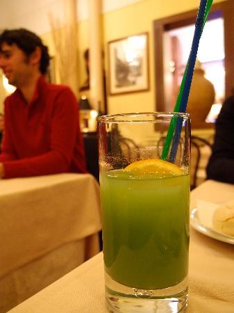 Bar Si: 9 EUR apple juice.