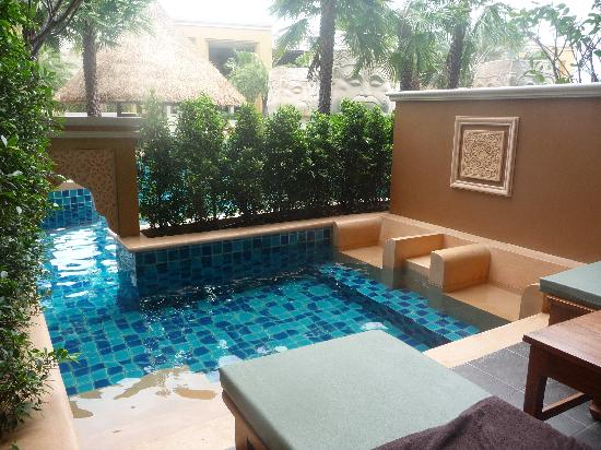 Rawai Palm Beach Resort : Aqua beds in plunge pool