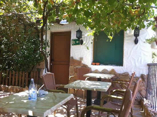 Tavoli nel giardino interno fotograf a de casa pana - Giardino interno casa ...