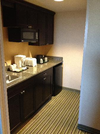 Holiday Inn Hotel & Suites Parsippany Fairfield: Kitchenette of King 2-room Suite
