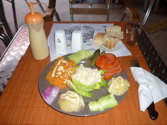 Chez Titine: Sa salade composée et sa vinaigrette maison