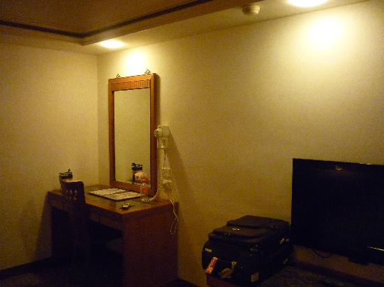 King Shi Hotel: dresser and TV area