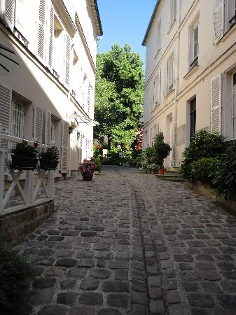 Hotel des Grandes Ecoles: View leading up to the hotel
