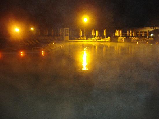 Terme di Saturnia Spa & Golf Resort: Hotel Saturnia piscina esterna by night