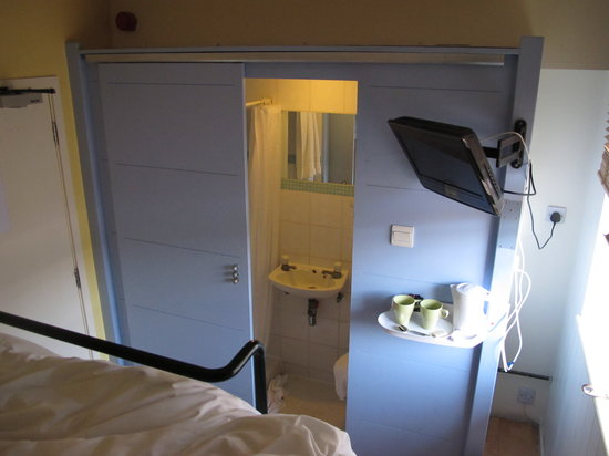 Stationroomz: bathroom from the top bunk