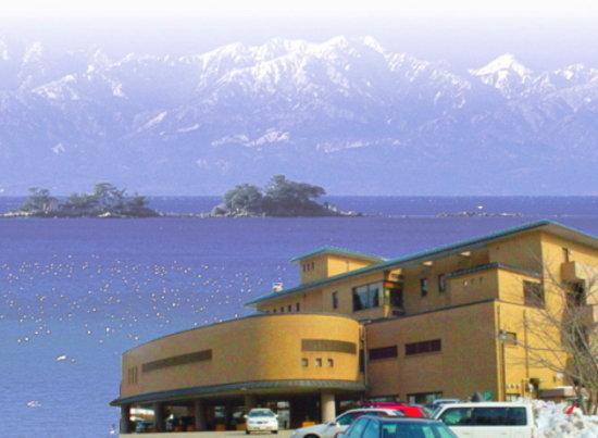 Himi, Japonia: 「本館‐外観写真」「富山湾に浮かぶ立山連峰と虻が島」