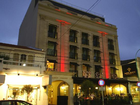 Vista nocturna del frente del Hotel Sainte Jeanne