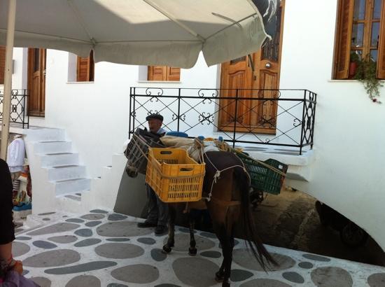 Hotel Galinos: Por debajo se accede al hotel!
