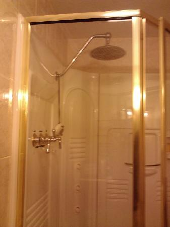 The Little English Guesthouse: The Essex Room shower