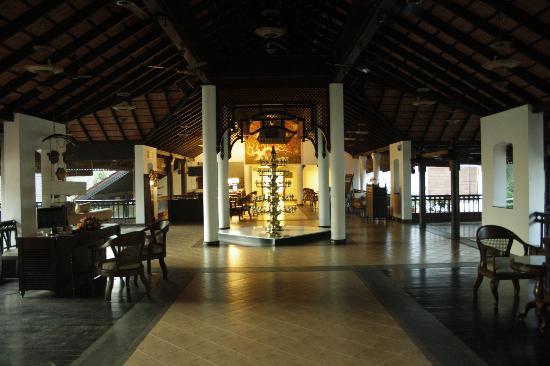 The Raviz Resort & Spa, Kadavu: At the reception lobb.. A warm welcome..