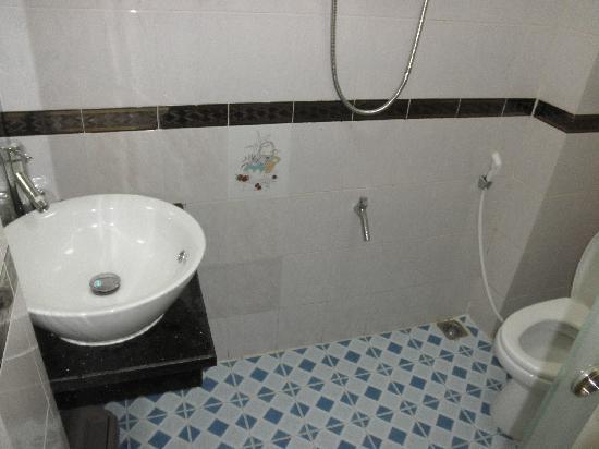 Graceful Saigon Hotel: El lavabo, es una ducha en sí mismo.