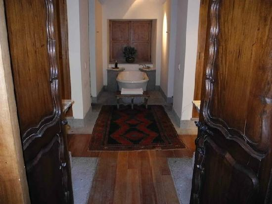 Inkaterra La Casona Relais & Chateaux: Tasteful, Functional, Spacious Bathroom: his and her sinks on left and right, wardrobes facing s