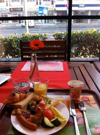 Hotel Ibis: 朝食と、窓からの眺め。