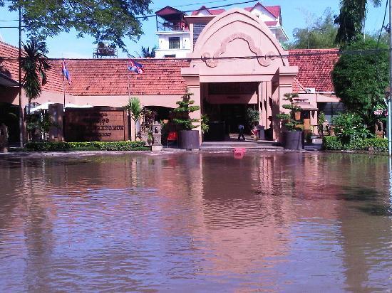 Himawari Hotel Apartments: Flooded Cambodia 2