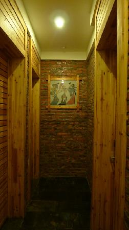 Lakeside Inn: Walkway, 3 rooms only