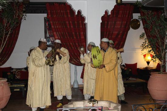un groupe de chanteurs marocains surprise pour noel au riad shaloma